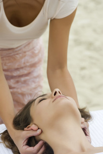 Young woman receiving massageの写真素材 [FYI04322131]