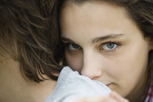 Young woman resting head on boyfriend's shoulder, cropped pの写真素材 [FYI04322143]