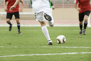 Soccer players on field, croppedの写真素材 [FYI04322146]