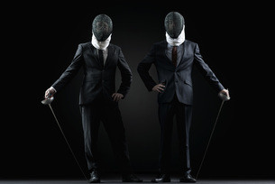 Businessmen with fencing masks and foilsの写真素材 [FYI04322158]
