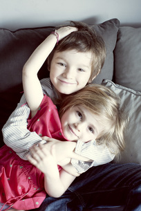 Young brother and sister embracing, portraitの写真素材 [FYI04322165]
