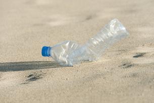 Empty plastic bottle on beach, close-upの写真素材 [FYI04322178]