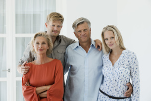 Mature parents with their adult son and daughter, portraitの写真素材 [FYI04322187]