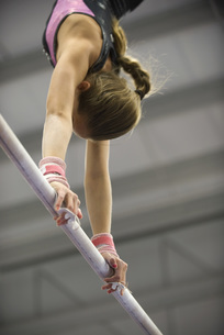 Female gymnast on horizontal barの写真素材 [FYI04322196]