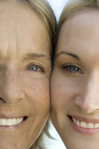 Mother with adult daughterの写真素材 [FYI04322199]