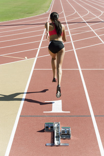 Woman running on track, rear viewの写真素材 [FYI04322203]