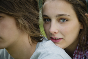 Young woman resting head on boyfriend's shoulder, cropped pの写真素材 [FYI04322213]