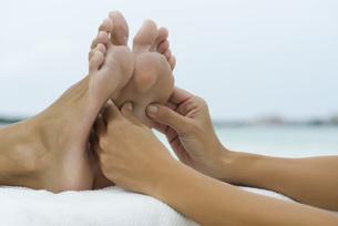 Foot massageの写真素材 [FYI04322217]