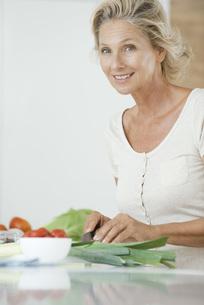 Mature woman preparing healthy food, portraitの写真素材 [FYI04322220]