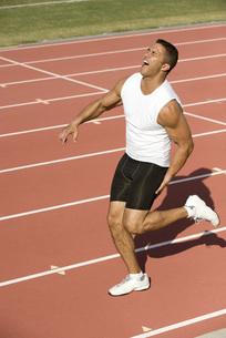 Runner injured while running on trackの写真素材 [FYI04322228]