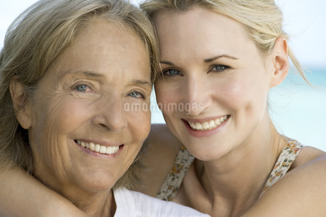 Mother with adult daughter, portraitの写真素材 [FYI04322235]