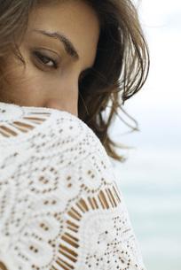 Woman glancing over shoulderの写真素材 [FYI04322251]