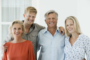 Mature parents with their adult son and daughter, portraitの写真素材 [FYI04322260]