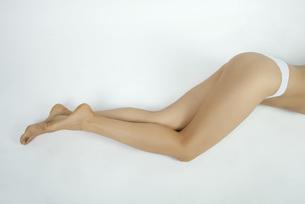 Woman lying down in underwear, low sectionの写真素材 [FYI04322289]