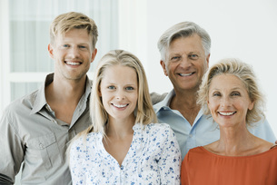 Mature parents with their adult son and daughter, portraitの写真素材 [FYI04322294]