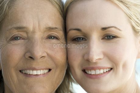 Mother with adult daughter, portraitの写真素材 [FYI04322311]