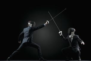 Businessmen fencingの写真素材 [FYI04322313]