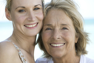 Mother with adult daughter, portraitの写真素材 [FYI04322337]