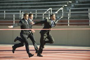 Businessmen approaching finish line in raceの写真素材 [FYI04322346]