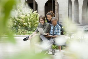 University students using laptop computer on campusの写真素材 [FYI04322356]