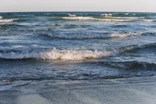 Wave breaking on beachの写真素材 [FYI04322366]