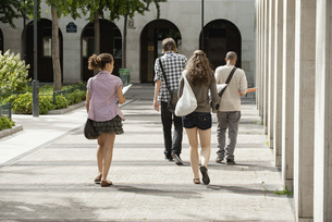 University students walking on campus, rear viewの写真素材 [FYI04322373]