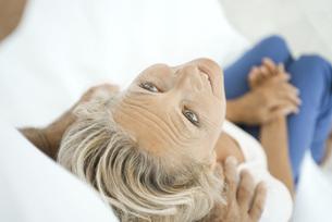 Mature woman getting a shoulder massageの写真素材 [FYI04322386]