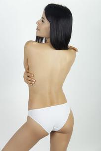 Woman standing in underwear, rear viewの写真素材 [FYI04322395]