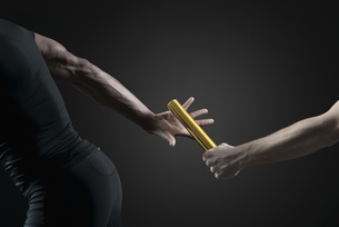 Runners passing baton, croppedの写真素材 [FYI04322444]