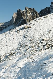 Snowy mountain slope and mountain peakの写真素材 [FYI04322446]