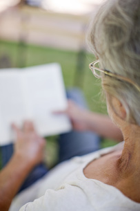 Woman reading, over the shoulder viewの写真素材 [FYI04322503]
