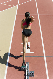 Female runner at starting line, rear viewの写真素材 [FYI04322548]
