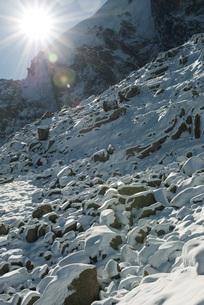 Sun shining over snowy mountainの写真素材 [FYI04322549]