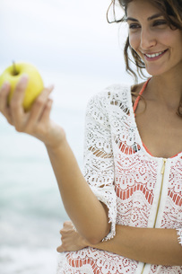 Woman holding appleの写真素材 [FYI04322575]