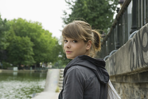Young woman looking over shoulder, portraitの写真素材 [FYI04322617]