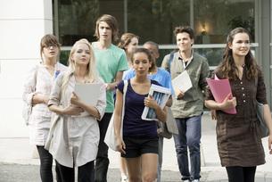 University students walking on campusの写真素材 [FYI04322619]