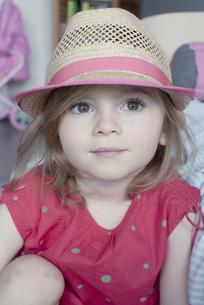 Little girl wearing straw hat, portraitの写真素材 [FYI04322654]
