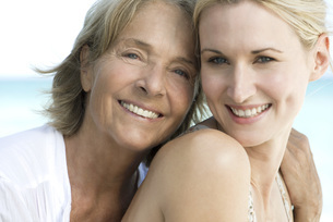 Mother with adult daughter, portraitの写真素材 [FYI04322669]
