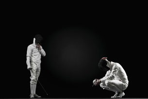 Winning fencer and defeated fencerの写真素材 [FYI04322679]