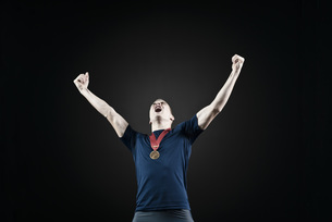 Male athlete with arms raised in victoryの写真素材 [FYI04322680]