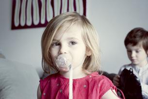 Little girl sucking pacifierの写真素材 [FYI04322717]