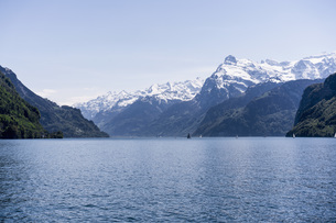 Scenic view of Lake Lucerne and snowcapped mountains against sky, Brunnen, Switzerlandの写真素材 [FYI04322804]