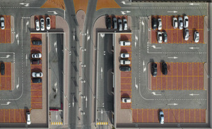 Directly above shot of cars in parking lotの写真素材 [FYI04322821]