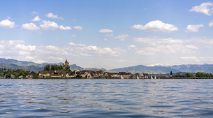 Buildings and mountains by lake against sky, Zurich, Switzerlandの写真素材 [FYI04322834]