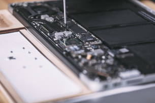 Close-up of digital tablet being repaired at electronics storeの写真素材 [FYI04322847]