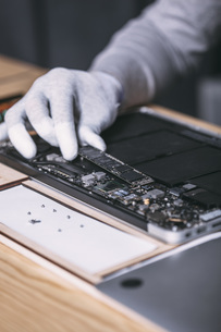 Detail image of male technician repairing digital tablet at electronics storeの写真素材 [FYI04322852]