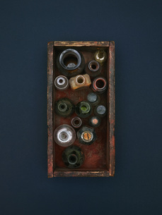 Directly above shot of old bottles and jars in crateの写真素材 [FYI04322892]