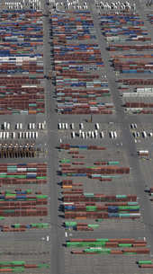 Aerial view of cargo containers at commercial dockの写真素材 [FYI04322917]