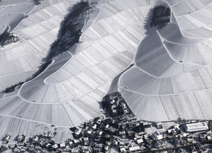 Aerial view of town by snow covered agricultural fields, Hohenheim, Stuttgart, Baden-Wuerttembergの写真素材 [FYI04322929]