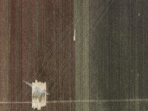 Aerial view of electricity pylon in agricultural field, Stuttgart, Baden-Wuerttemberg, Germanyの写真素材 [FYI04322937]
